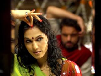 Movie Still From The Film Salaam-E-Ishq,Eesha Koppikhar,Sohail Khan