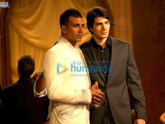 Movie Still From The Film Kambakkth Ishq Featuring Akshay Kumar,Bron Routh