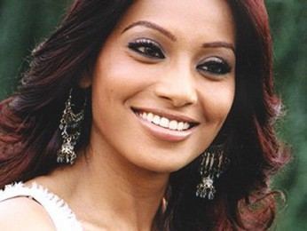 Photo Of Bipasha Basu From The Mahurat Of Phir Hera Pheri
