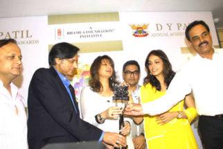 Photo Of Asif Bhamla,Shashi Tharoor,Eesha Koppikhar,Dilip Vengsarkar From The Press meet of DY Patil Annual Achiever's Awards