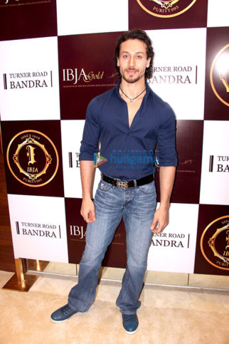Tiger Shroff, Nimrat Kaur, Sushmita Sen & Preity Zinta at the launch of IBJA Gold store