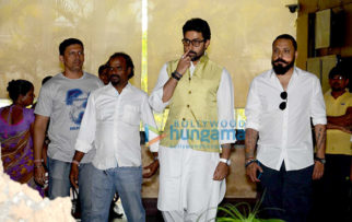 Celebs pay homage to Suniel Shetty's father at his home in Worli