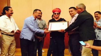 Shah Rukh Khan receives Honorary Membership from Jodhpur Guide Association