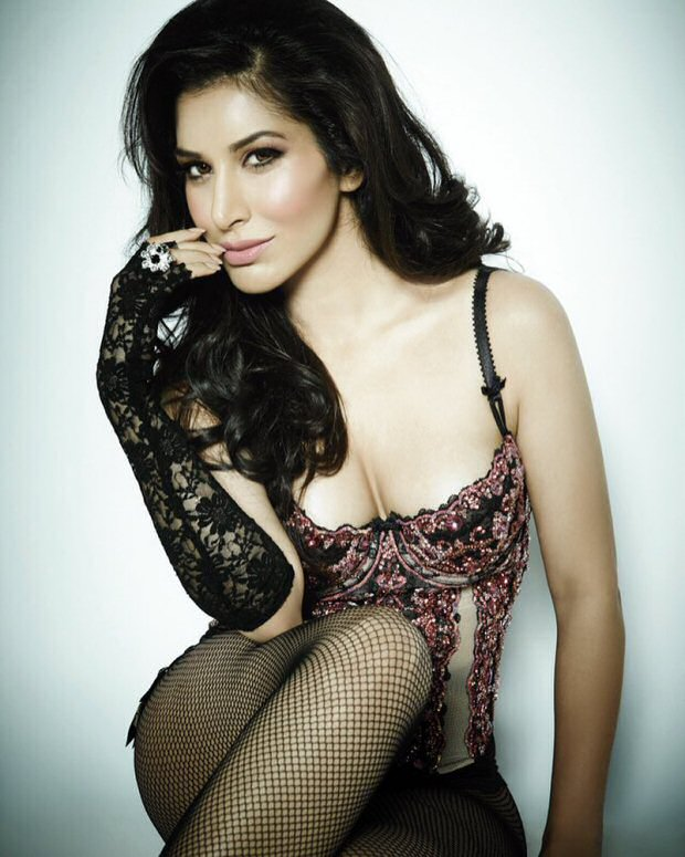 OMG! Sophie Choudry looks hot in this HOT picture!