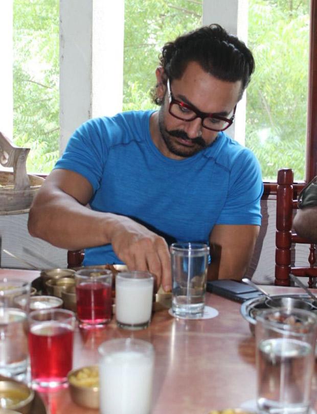 Aamir-Khan-turns-ghar-ka-Dabbawala2