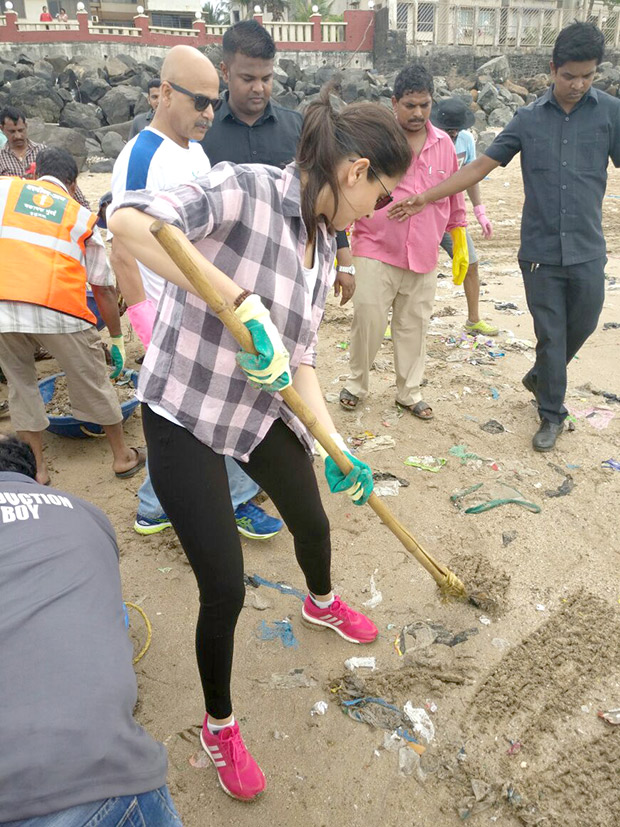 Anushka Sharma cleans Versova beach for Swachh Bharat campaign
