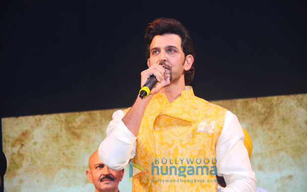 Check out Hrithik Roshan and Rakesh Roshan pay tribute to Bhagat Singh on his 110th birth anniversary1 (2)