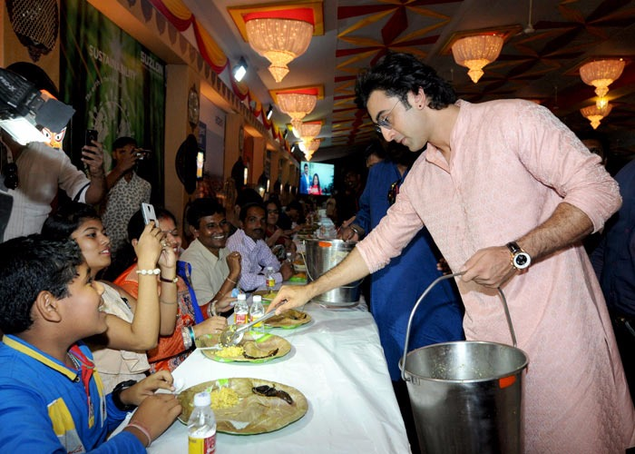 WOW! Ranbir Kapoor serves devotees at a Durga puja pandal in Juhu2