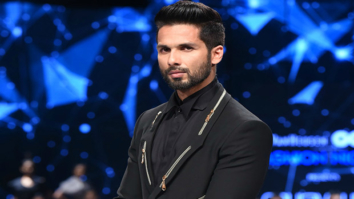 Check out Shahid Kapoor looked sharp and dapper as a showstopper at GQ Fashion Nights (2)