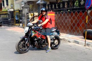 Kunal Khemu spotted on bike at Bandra