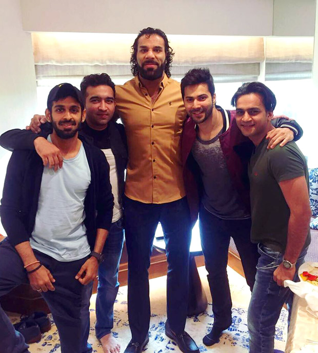 WATCH-Varun-Dhawan-meets-WWE-superstars-Jindar-Mahar,-Sasha-Banks-and-Triple-H-in-New-Delhi-(2)