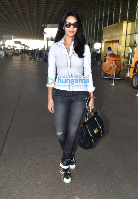 Sara Ali Khan, Sushant Singh Rajput, Sonnalli Seygall and others snapped at the airport (4)